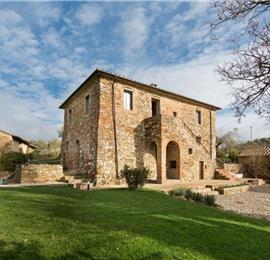 5 Bedroom Villa with Pool and Beautiful Lake Trasimeno Views, sleeps 10